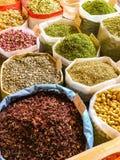 Kruiden en kruiden bij markt stock afbeeldingen