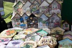 Kruiden en decoratie op grijze steenachtergrond Hoogste mening met exemplaarruimte E royalty-vrije stock afbeelding