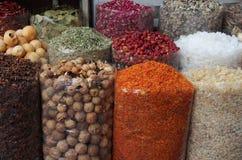 Kruiden en droge vruchten in lokale bazar Stock Afbeeldingen