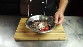 Kruiden en groenten voor marinade stock videobeelden