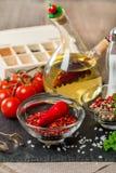 Kruiden en kruiden met tomaat en olijfolie Stock Foto's