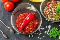 Kruiden en kruiden met tomaat en olijfolie Stock Afbeeldingen