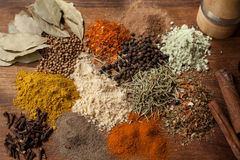 Kruiden en kruidensamenstellings kokende ingrediënten op een houten tafelblad Stock Fotografie