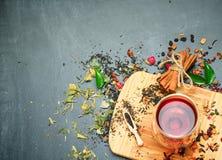 Kruiden en masalathee op een zwart bord Royalty-vrije Stock Fotografie