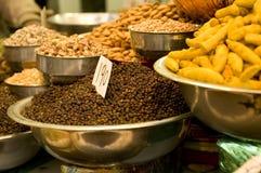 Kruiden en noten bij een in het groot markt Stock Fotografie