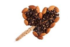 Kruiden en noten in hartvorm Royalty-vrije Stock Afbeeldingen