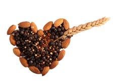 Kruiden en noten in hartvorm Royalty-vrije Stock Foto's