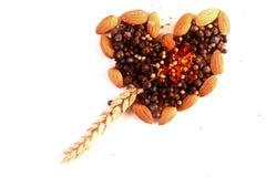 Kruiden en noten in hartvorm Stock Fotografie