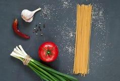 Kruiden en verse rode tomaat, ingrediënten voor spaghetti op een donkere achtergrond, close-up, hoogste mening, concept het koken royalty-vrije stock foto
