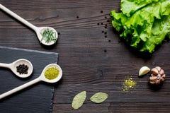 Kruiden en verse salade op de donkere houten mening van de lijstbovenkant Stock Fotografie