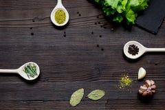 Kruiden en verse salade op de donkere houten mening van de lijstbovenkant Stock Foto