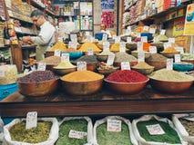 Kruiden en kruiden voor verkoop in een winkel bij de Vakil-Bazaar Shiraz, Iran stock afbeelding