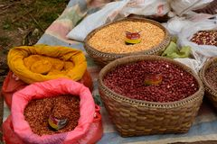 Kruiden en zaden op verkoop Het dorps wekelijkse markt van Thaungtho Inlemeer myanmar royalty-vrije stock foto's