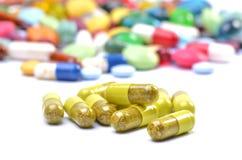 Kruiden geneeskunde in capsules Stock Afbeeldingen