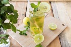Kruiden gezond de cocktailwater van de dranken koud citroen stock afbeelding