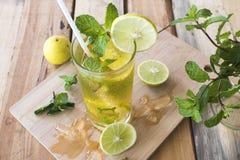 Kruiden gezond de cocktailwater van de dranken koud citroen royalty-vrije stock fotografie