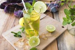 Kruiden gezond de cocktailwater van de dranken koud citroen royalty-vrije stock foto's