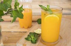 Kruiden gezond oranje de cocktailwater van de dranken koud citroen stock foto's