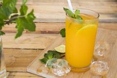 Kruiden gezond oranje de cocktailwater van de dranken koud citroen stock afbeeldingen