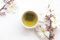 Kruiden gezonde dranken hete groene thee met bloem stock afbeelding