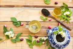 Kruiden gezonde dranken hete groene thee met fijngestampte bladthee royalty-vrije stock afbeelding