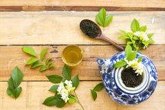 Kruiden gezonde dranken hete groene thee met fijngestampte bladthee stock afbeeldingen