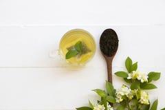 Kruiden gezonde dranken hete groene thee met fijngestampte bladthee royalty-vrije stock afbeeldingen