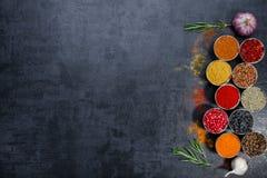 Kruiden Kleurrijke Kruiden Kerrie, Saffraan, kurkuma, kaneel en otheron een donkere concrete achtergrond Peper Grote inzameling v Stock Foto's