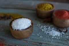 Kruiden kruiden Kerrie, zout, pepersaffraan, kurkuma, tandorimasala en andere op een houten rustieke achtergrond stock afbeeldingen