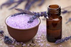 Kruiden lavendel zoute en essentiële olie royalty-vrije stock foto's