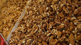 Kruiden, noten, droge vruchten op vertoning bij markt op de teller, slow-motion 4k, stock video