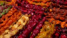 Kruiden, noten, droge vruchten op vertoning bij markt op de teller, slow-motion 4k, stock footage