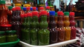Kruiden, noten, droge vruchten op vertoning bij markt op de teller, slow-motion 4k, stock videobeelden