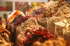 Kruiden opgestapelde hoogte in een kruidmarkt stock afbeeldingen