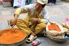 Kruiden van een straatventer de verkopende grond in Katmandu Royalty-vrije Stock Afbeelding
