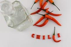 Kruiden voor de keuken, internationale keuken Roodgloeiende Spaanse peperpeper en inschrijving met rode houten Spaanse peper en v Stock Fotografie