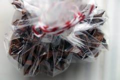 Kruiden voor overwogen wijn, kruidnagels in een giftdoos Stock Foto