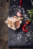 Kruidenachtergrond met knoflook, rode Spaanse peper, kruiden, zout en peper Royalty-vrije Stock Afbeelding