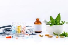 Kruidengeneeskunde VERSUS Chemische geneeskunde de alternatieve gezondheidszorg Royalty-vrije Stock Afbeelding