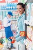 Kruidenierswinkel die bij de opslag winkelt royalty-vrije stock foto's