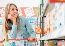 Kruidenierswinkel die bij de supermarkt winkelen royalty-vrije stock afbeelding