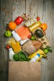 Kruidenierswinkel het winkelen concept Uitgebalanceerd dieetconcept Vers voedsel met het winkelen zak op rustieke houten achtergr royalty-vrije stock foto