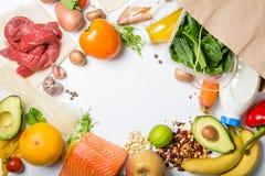 Kruidenierswinkel het winkelen concept Uitgebalanceerd dieetconcept Vers voedsel met het winkelen zak op witte achtergrond stock afbeeldingen