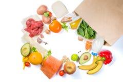 Kruidenierswinkel het winkelen concept Uitgebalanceerd dieetconcept Vers voedsel met het winkelen zak op witte achtergrond royalty-vrije stock foto's