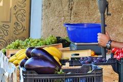 Kruidenierswinkeltribune op de straat Royalty-vrije Stock Foto