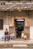 Kruidenierswinkelwinkel binnen Tulou bij Huaan-de plaats van de de Werelderfenis van Unesco stock afbeeldingen