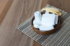 Kruidenkompresbal in container en vastgestelde kuuroordvoorwerpen op hout te royalty-vrije stock foto