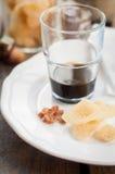 Kruidenlikeur met Gekristalliseerde Gember en Bruine Rotssuiker Stock Afbeeldingen