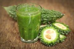 Kruidensap van groene momodica stock afbeeldingen