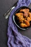 Kruidig Diep Fried Breaded Chicken Wings op donkere steenachtergrond stock foto's